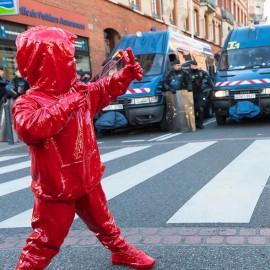 Le sculture rosse di James Colomina tra provocazione e protesta