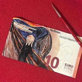 Mari Roldàn usa le banconote come fossero tele per dipingere