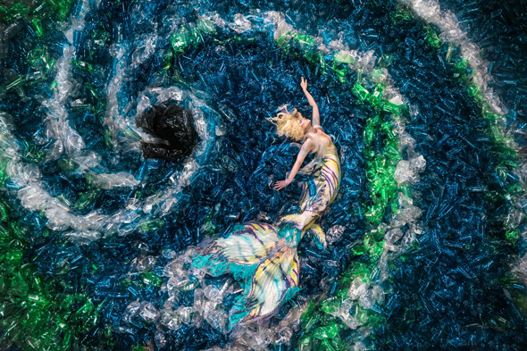 oceani plastica picame benjamin von wong mermaid sirena