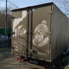 L'artista russo ProBoyNick realizza opere d'arte grattando via lo sporco dalle auto