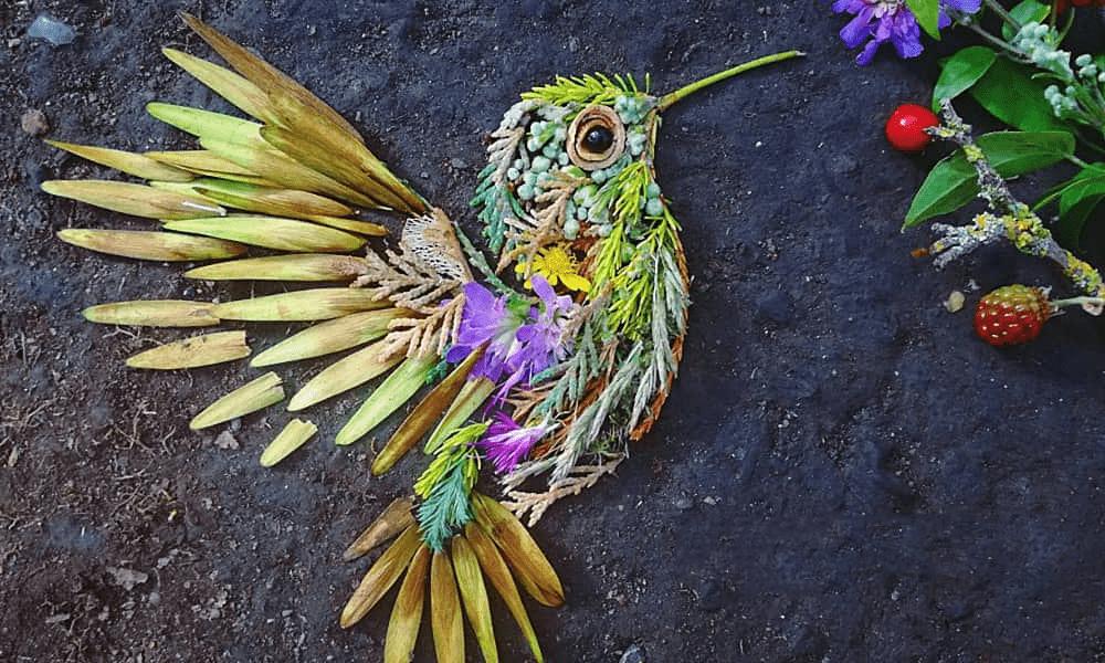 Un artista realizza ritratti di uccelli usando foglie e fiori raccolti nella foresta