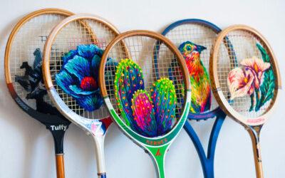 Un'artista sudafricana realizza splendidi ricami su vecchie racchette da tennis