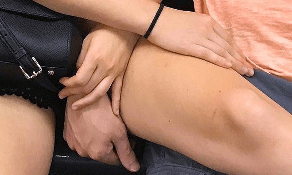 La sottile intimità di un viaggio in metropolitana immortalata nelle mani dei passeggeri