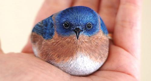 Un artista giapponese trasforma le pietre in animali che stanno nel palmo di una mano